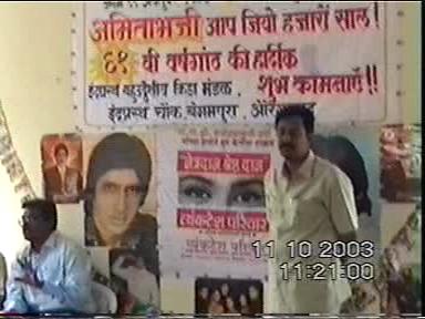 Kishor Soni explaining eye donation and its importance to Amitabhji fans