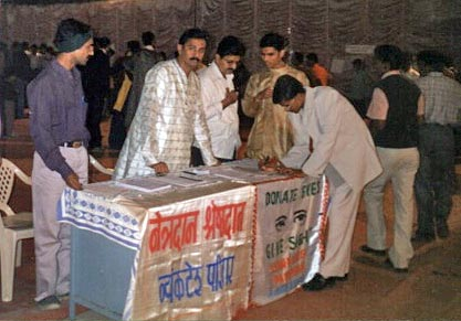 Kishor soni and other members taking pledge forms from students