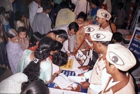 Huge croud for eye donation registration on vyankatesh pariwars stall in wima