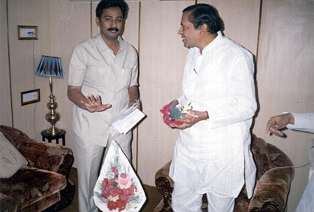 Hon. Arunbhai Gujrathi taking information from Kishor Soni of his Nobel Work