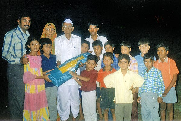 On the Eve of Birthday of Rameshwarji Soni, a kit of Cricket was gifted to street children by Vyankatesh Pariwar
