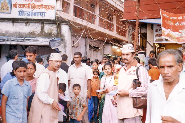 Dadar Area, Mumbai (2nd to 4th September 2006) Three days awareness programme at mumbai. Start from LAL BAUGH RAJA. Taking first blessings then start. Here Mr.Sunil Joshi and Mr. Sudhir Salvi help us. We try to motivate more than 10 Ikhs people by distributing 2 Ikhs pamphlets. We also covered SIDDHI VINAYAK TEMPLE, RAM MANDIR at VADALA, CHINCHPOKALI GANESH MANDAL AND DADAR AREA. (Kishor soni, Chandrakant Mugale, Mahesh Kapdiya, Mehul Shah and others