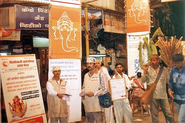 Chinchpokali, Mumbai (2nd to 4th September 2006) Three days awareness programme at mumbai. Start from LAL BAUGH RAJA. Taking first blessings then start. Here Mr.Sunil Joshi and Mr. Sudhir Salvi help us. We try to motivate more than 10 Ikhs people by distributing 2 Ikhs pamphlets. We also covered SIDDHI VINAYAK TEMPLE, RAM MANDIR at VADALA, CHINCHPOKALI GANESH MANDAL AND DADAR AREA. (Kishor soni, Chandrakant Mugale, Mahesh Kapdiya, Mehul Shah and others