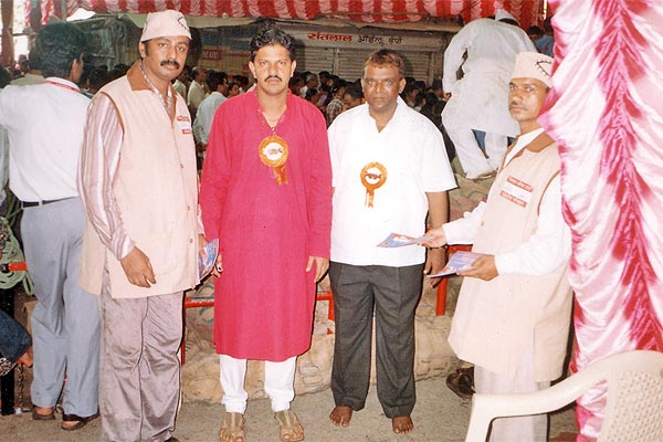 Lalbaug Raja Ganpati Committee Members of Mumbai (2nd to 4th September 2006) Three days awareness programme at mumbai. Start from LAL BAUGH RAJA. Taking first blessings then start. Here Mr.Sunil Joshi and Mr. Sudhir Salvi help us. We try to motivate more than 10 Ikhs people by distributing 2 Ikhs pamphlets. We also covered SIDDHI VINAYAK TEMPLE, RAM MANDIR at VADALA, CHINCHPOKALI GANESH MANDAL AND DADAR AREA. (Kishor soni, Chandrakant Mugale, Mahesh Kapdiya, Mehul Shah and others