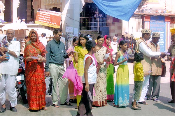 Eye Donation Campaign by our team at Vitthal Mandir at Pandharpur (22nd May, 2006)