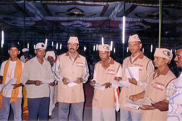 Distributed thousands of pamplets to peoples on the eve of VISHWA HINDU PARISHAD at Paithan (16th April, 2006)