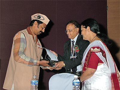 Mr. Kishor Soni getting visionary of the year award by Maharashtra Opth. Society, Bombay (6th Nov, 2005)