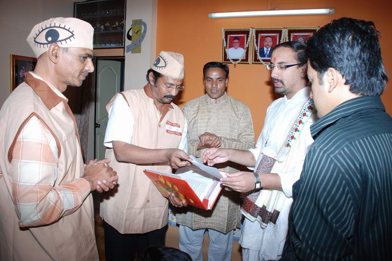 Goswami shri Vaghdishji Bawashri taking information about eye donation from Ad.kishor soni,with prakash mantri and ajay maheshwari