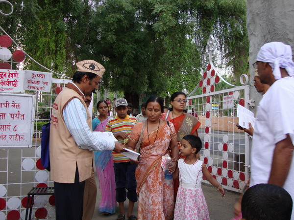 Ad. Kishor Soni & Mr. Prakash Mantri distributing eye donation info. leaflets.