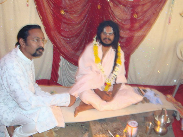 Swami Dharmadasji taking information about d eye donation procedure from Ad. Kishor Soni at Aurangabad.