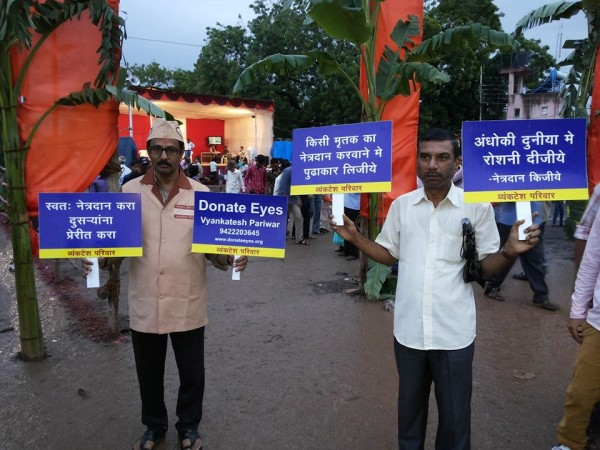 Adv.Kishor Soni and Shivdayal Mahajan creating awareness about eye donation among people