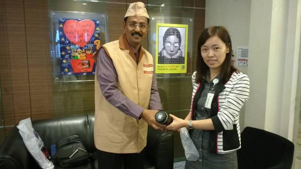 Welcome by Singapore eye bank co ordinator Zahan Jia Qin to Mr.Kishor Soni by giving Momento