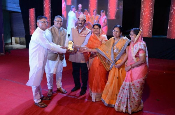 Receiving Seva Gaurav award given by Maheshwari Mandal,Aurangabad